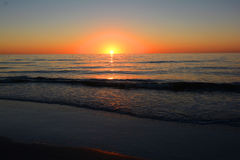 Sunest с океанскими волнами Стоковые Фотографии RF