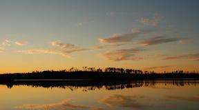 Sunet en el lago Saganagons fotos de archivo