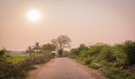 Sunet entlang der Straßendorfseite von Indien Stockfoto