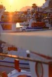 Sunet over boten in haven stock afbeeldingen