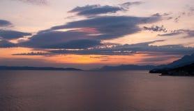 Sunet pourpre mou au-dessus de la mer, tonalités bleues Photos libres de droits