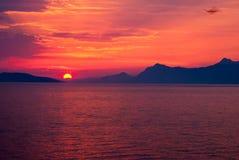 Sunet rosso-cupo sopra il mare Fotografie Stock