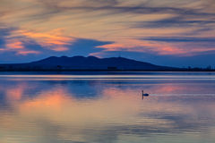Sunet över sjön Arkivfoto