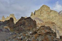 Sunetmening van massieve rotsberg Stock Fotografie