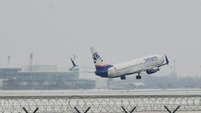 SunExpress Боинг 737-800 TC-SOA принимая, снег