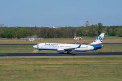 Sunexpress Boeing 737-800 décollent de l'aéroport de Berlin Tegel Photographie stock libre de droits