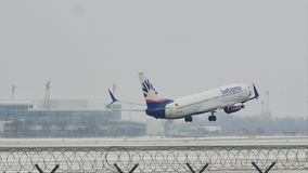 SunExpress Boeing 737-800 entfernendes TC-SOA, Schnee stock video