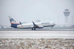 SunExpress Boeing 737-800 TC-SOA che decollano, neve Fotografia Stock