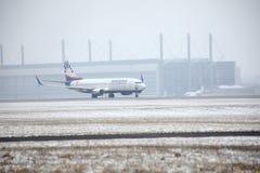 SunExpress Boeing 737-800 TC-SOA che decollano, neve Fotografie Stock Libere da Diritti