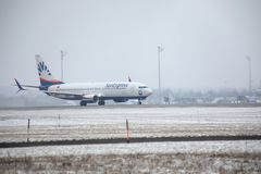 SunExpress Boeing 737-800 TC-SOA que descolam, neve Fotos de Stock
