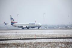 SunExpress Boeing 737-800 TC-SOA som tar av, snö Arkivfoton