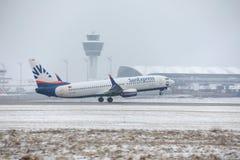 SunExpress Boeing 737-800 TC-SOA som tar av, snö Arkivfoto