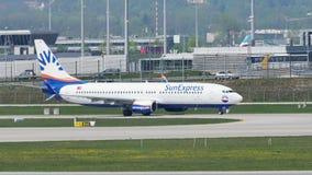 SunExpress spiana facendo il taxi sulla pista nell'aeroporto di Monaco di Baviera, MUC video d archivio