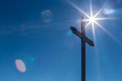 Sunflare avec une croix photos stock