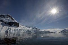 sunflare för Antarktisfjärdparadis Royaltyfri Fotografi