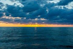 Sunflare hermoso en el mar de Pietrasanta Imagen de archivo libre de regalías