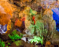 Sung Sot Cave eller grottan av överraskningen är det störst i den Halong fjärden, Vietnam Arkivbilder