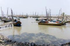 Sungai Dedap Kedah - 20/03/2016: Träbrygga och fiskebåtar royaltyfri bild