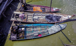 Sungai Dorani, mac 2016 de Selangor 02: Embarcadero y barcos de pesca concretos Foto de archivo
