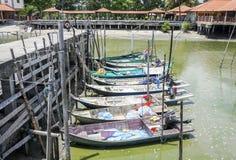 Sungai Dorani, mac 2016 de Selangor 02: Embarcadero y barcos de pesca concretos Foto de archivo libre de regalías