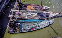 Sungai Dorani, Selangor 02 Mac 2016: Konkreta brygga och fiskebåtar Arkivfoto