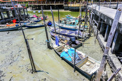 Sungai Dorani, Selangor 02 Mac 2016: Konkreta brygga och fiskebåtar Royaltyfri Foto