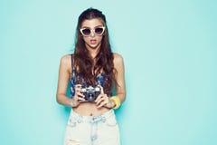 Sungalasses à moda da mulher da forma que fazem a foto Fotografia de Stock Royalty Free