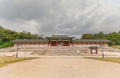 Sungjeongmun port av den Gyeonghuigung slotten (1617) i Seoul, Korea Royaltyfria Bilder
