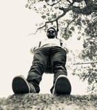 Sunglass и джинсы молодого человека нося стоя в месте стоковая фотография