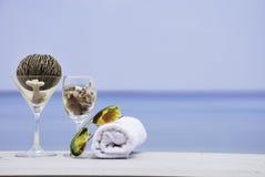 Sunglass и полотенце руки на пляже стоковые изображения rf