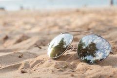 Sunglass на пляже песка, летних каникулах Стоковая Фотография RF