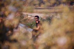 Sunglass человека нося сидя в месте стоковое изображение