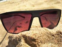 Sunglass auf Strand-Sand Lizenzfreies Stockbild