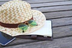 sunglass e cappello di estate in ponte di legno Fotografie Stock