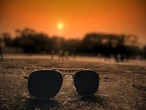 sunglass et coucher du soleil image stock