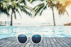 Sunglass på den tropiska strandsemesterorten för lyxig simbassäng, sommarbegrepp royaltyfri foto