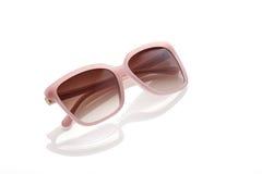 Sunglass rosa sui precedenti bianchi Fotografia Stock Libera da Diritti