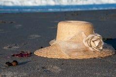 Sunhat auf Strand lizenzfreie stockfotografie