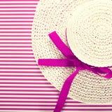 Sunhat blanco de la paja en un fondo magenta rayado Foto de archivo libre de regalías
