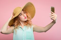 Sunhat social de la muchacha del comentario del blogger del selfie de la red imágenes de archivo libres de regalías