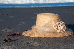 Sunhat sulla spiaggia Fotografia Stock Libera da Diritti