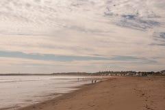 Sunie Atlantyckiego ocean, ludzie spaceruje wzdłuż brzeg mglisty ranek w mgiełce obrazy stock