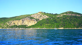 Sunie z halnym łańcuchem i buildung na wierzchołku na wyspie Corfu (niedaleki grodzki Afionas) fotografia royalty free