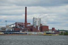 Sunila黏浆状物质和造纸厂关闭在多云6月下午 城市芬兰kotka横向公园岩石sapokka视图 免版税图库摄影