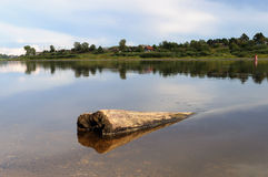 Sunken вносит дальше реку в журнал на заходе солнца Стоковое Изображение RF