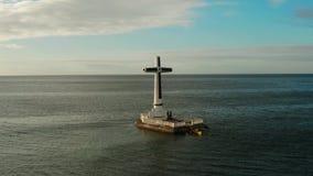 Sunken крест кладбища в острове Camiguin, Филиппинах сток-видео