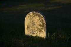 Sunken могильный камень на заходе солнца Стоковое Фото