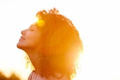 Sunkissed piękna kędzierzawego włosy kobieta Obraz Royalty Free