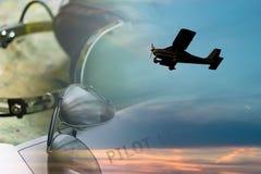 Sunlgasses et avion Images stock