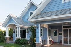 sunlght的明亮的蓝色房子与五颜六色的鸦片和一些grac 免版税图库摄影